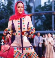 مانتوی بلند و شاد الهام حمیدی در جشنواره حافظ