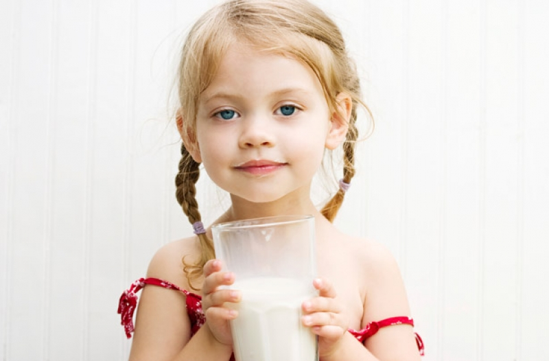 Little_girl_drinking_milk__1536851959_53352
