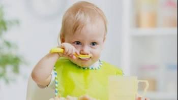 مراحل رشد کودک 13 ماهه   غذا خوردن را شروع می کند